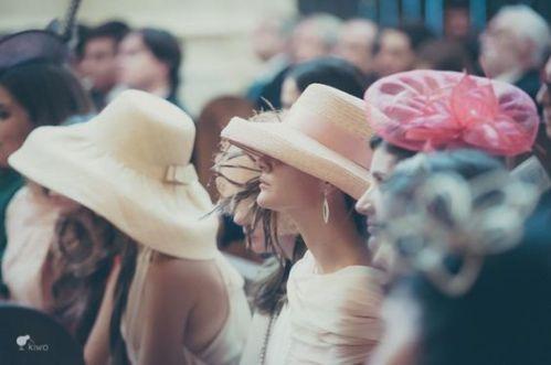 eeb31a9d36249 Tienes que asistir a una boda este año y vuelves a tener la gran duda… ¿Me  pongo un tocado  ¿De qué tamaño  ¿Y si por fin elijo la pamela que tanto me  ...